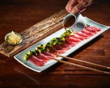 Tiradito de Atún rojo, aguacate, huevas de caballa ahumada y salsa yakiniku