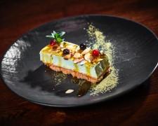 Cheese cake de té verde, crumble de almendras y salsa de maracuya